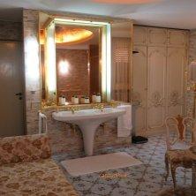 bagno rubinetti dorati casa Ceausescu