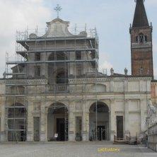 chiesa abbaziale con i ponteggi dopo il terremoto
