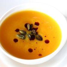 zuppa di zucca con olio e semi di zucca