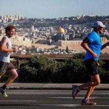 Runners in Jersualem Marathon at the Haas Promenade (1)