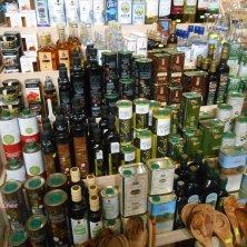 diversi tipi di olio in vendita