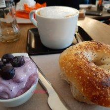 bagel alla crema di mirtilli