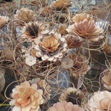 fiori in legno alla fiera