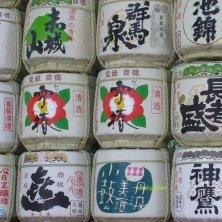 barili di sake al tempio