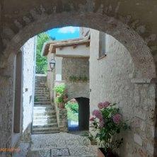 angolo fiorito castello di Postignano