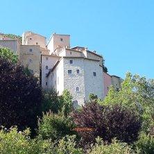 castello di Postignano visto dal basso