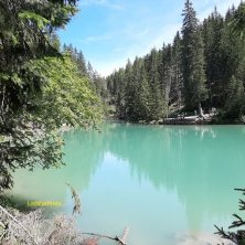 acque smeraldo al lago di Braies