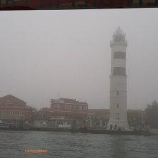faro di Murano nella nebbia laguna di Venezia