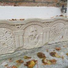 particolare di una panchina a Torcello