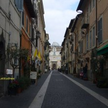 avvicinandosi al Palazzo Pontificio Castel Gandolfo