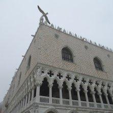 gabbiano in volo sul Palazzo Ducale