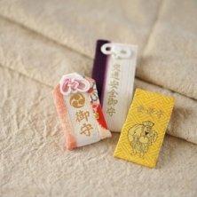 diversi amuleti giapponesi