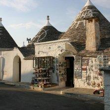negozi e disegni sui tetti dei trulli