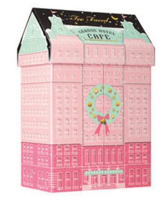 Un coffret de maquillage en édition de Noël (modèle : Grand Hotel Cafe de Too Faced sur Sephora - 44,95€)