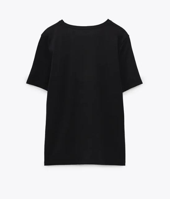 camiseta negra con pantalones negros