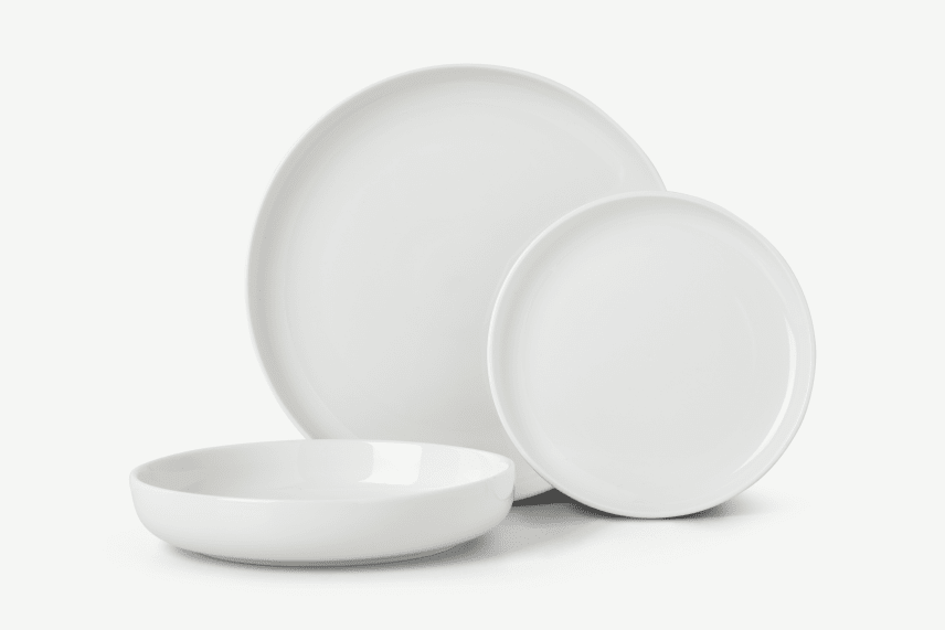 Muebles de terraza de Made.com vajilla de porcelana blanca