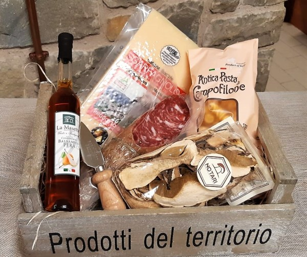 Confezione regalo cassetta in legno con Parmigiano Reggiano DOP e altri prodotti a km 0