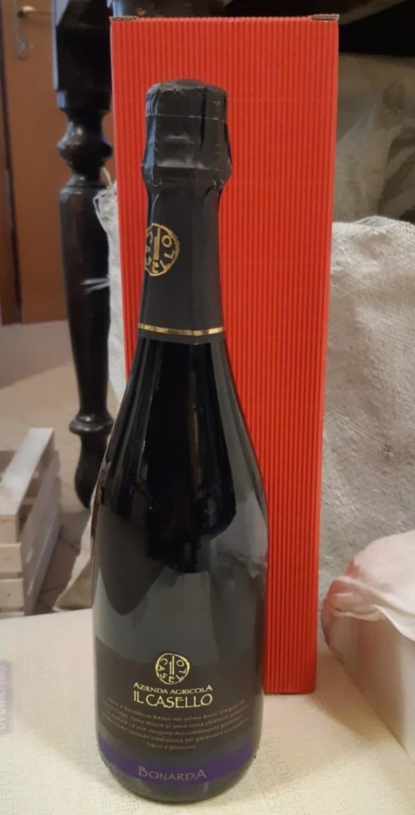 Confezione regalo con una bottiglia di vino Bonarda