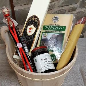 Confezione regalo in legno con Parmigiano Reggiano, aceto balsamico e altri prodotti tipici di appennino