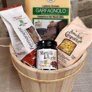 Confezione regalo in legno con Parmigiano Reggiano, salsa di mirtilli e aceto balsamico e pasta di Campofilone