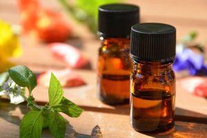 Des bouteilles d'huiles essentielles