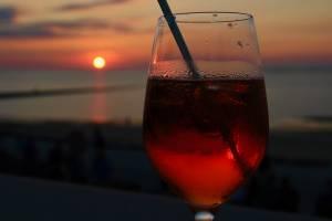 Verlockend: Aperol Spritz zum Sonnenuntergang.