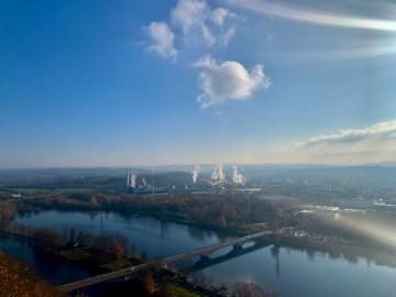 Fernsicht von Dortmund-Hohensyburg über Hagen. Im Vordergrund rauchen Schornsteine.