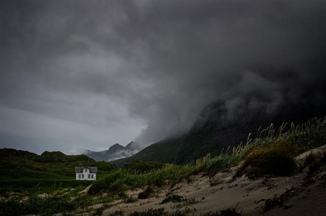 Foto di casa nella tempesta, da Unsplash