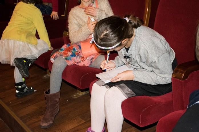 Eliza îşi nota conştiincioasă informaţii despre spectacol.