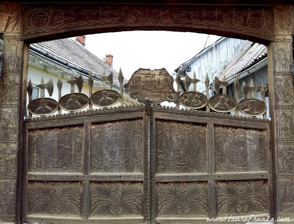 poarta-sculptata-judetul-neamt