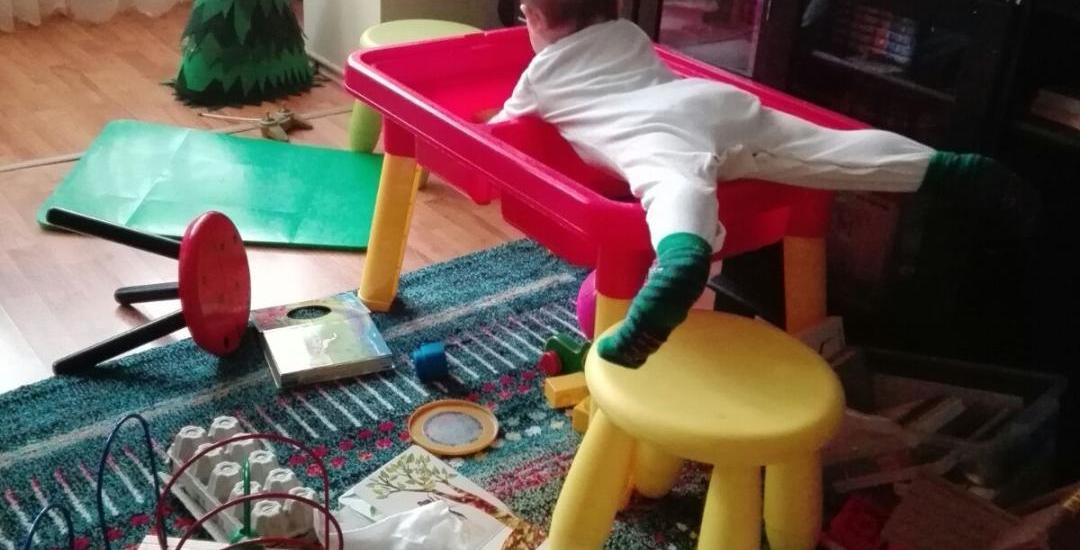 vlad-pe-masa-de-joaca