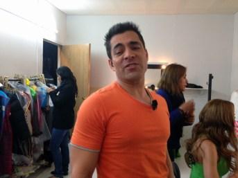 Omar cantando en el camerino de las mujeres