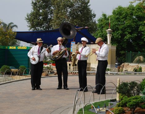 The four piece brass band was a great touch!
