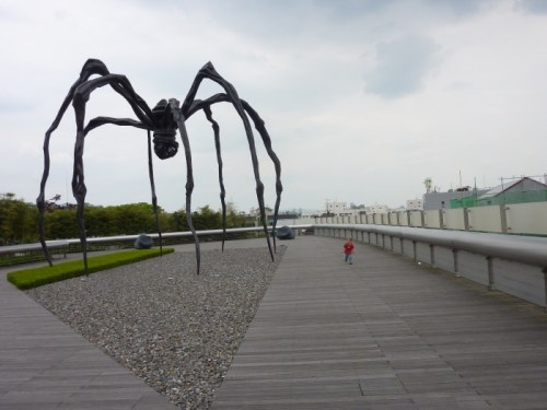 Giant spider by road (sculpture)