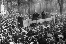 Karl Liebknecht bei seiner Rede im Berliner Tiergarten. (Quelle: wikipedia)
