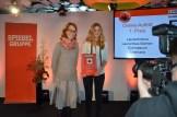 1. Platz in der Kategorie Online-Auftritt: Chefredakteurin Lena Steenken nimmt die Urkunde entgegen.