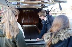Leichenwagen sind heute mit modernster Technik ausgestattet. Dank einer hydraulischen Hebebühne können auch zwei Särge gleichzeitig transportiert werden.