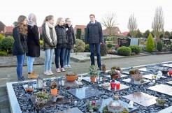 Andreas Sadelfeld zeigt den Redakteurinnen ein Urnenfeld auf dem Friedhof in Scharrel. Der Trend bei Bestattungen geht ganz klar zu Feuerbestattungen.