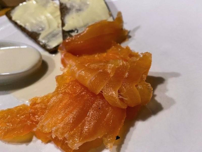 Gebeizter Lachs mit einer geeisten Parmesansauce und gebuttertem Schwarzbrot