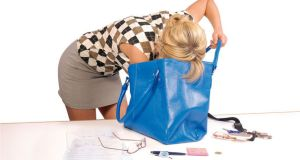 Une femme et son sac à main