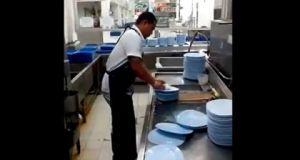[Vidéo] Il lave 50 assiettes en 10 secondes !