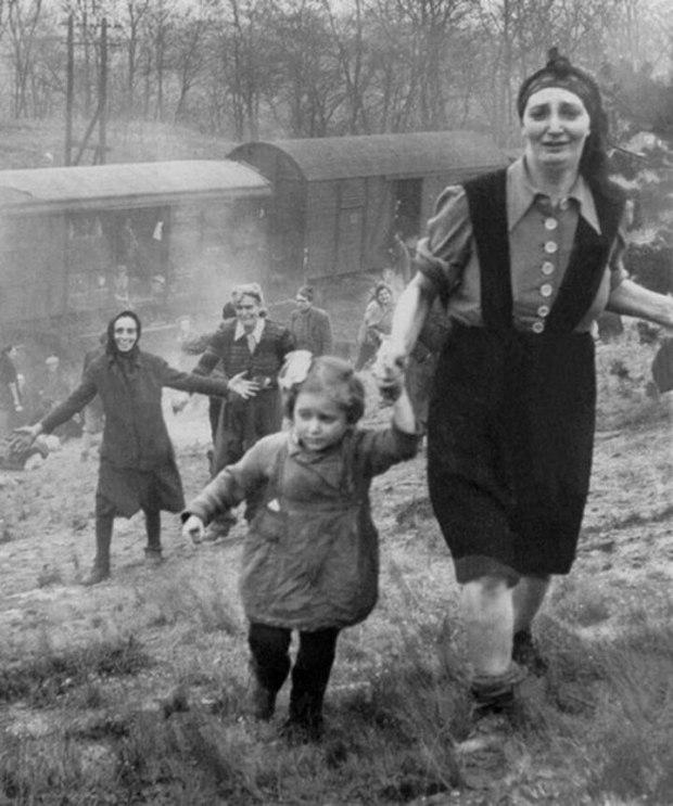 Des prisonniers juifs libérés d'un « train de la mort » les conduisant dans un camp de concentration en 1945