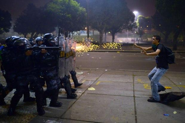 Un manifestant abattu par des balles à blanc à Rio de Janeiro, Brésil.