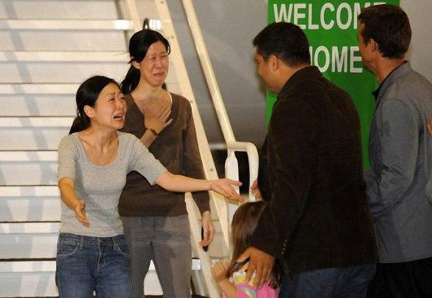 Les journalistes Euna Lee et Laura Ling, qui ont été arrêtées en Corée du Nord et condamnées à 12 ans de travaux forcés, réunies avec leur famille en Californie suite à des interventions diplomatiques réussies de la part des États-Unis. Au final, elles n'ont exécuté « que » 147 jours de détention.