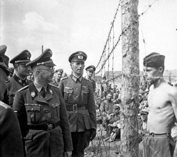 Le prisonnier de guerre Horace Greasley défiant du regard Heinrich Himmler durant l'inspection de son camp