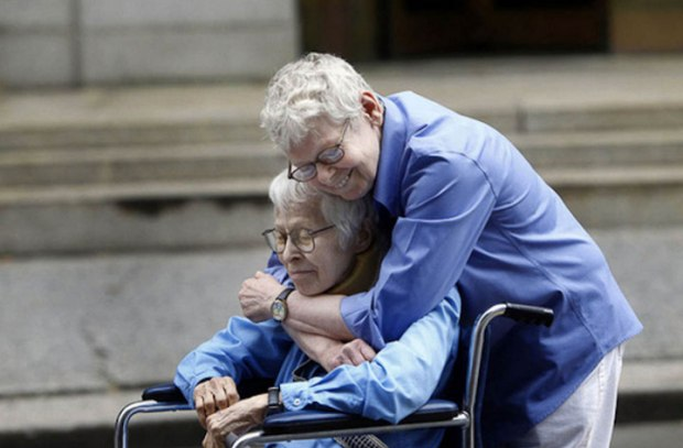 Phyllis Siegel (76 ans) et Connie Kopelov (84 ans) s'enlaçant après être devenues les premières personnes du même sexe à s'être mariées à Manhattan en 2011