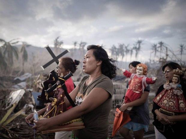 Des survivants de la tornade Haiyan entament une procession religieuse