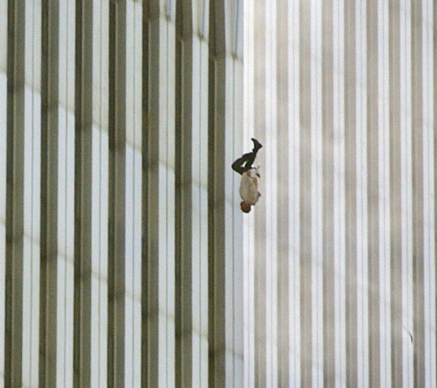 « The Falling Man ». Un homme tombant du World Trade Center après que les avions aient percuté les deux tours new-yorkaises le 11 septembre 2001