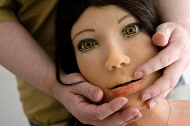 Dirk tenant le visage de Jenny dans ses mains. « Jenny est une âme d'un autre monde. Elle est l'énergie d'un monde sans cerveau »