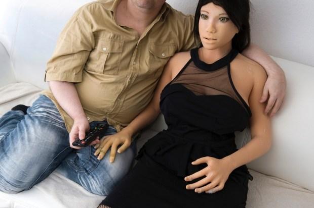 Dirk et Jenny ont un emploi du temps bien rodé. Chaque soir à 18h, ils regardent la télé dans le canapé.